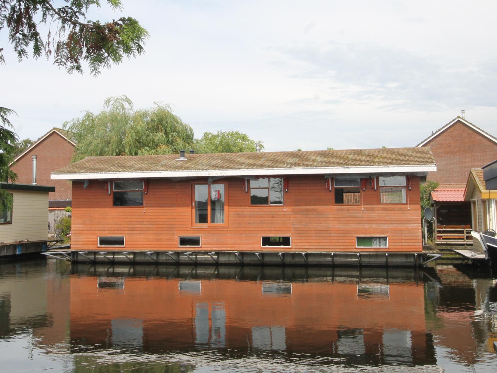 woonark  te koop · Ligplaats: Lemmer · VISKUS woonschepenhaven 9 Lemmer · ref 1044 · Scheepsmakelaardij Fikkers